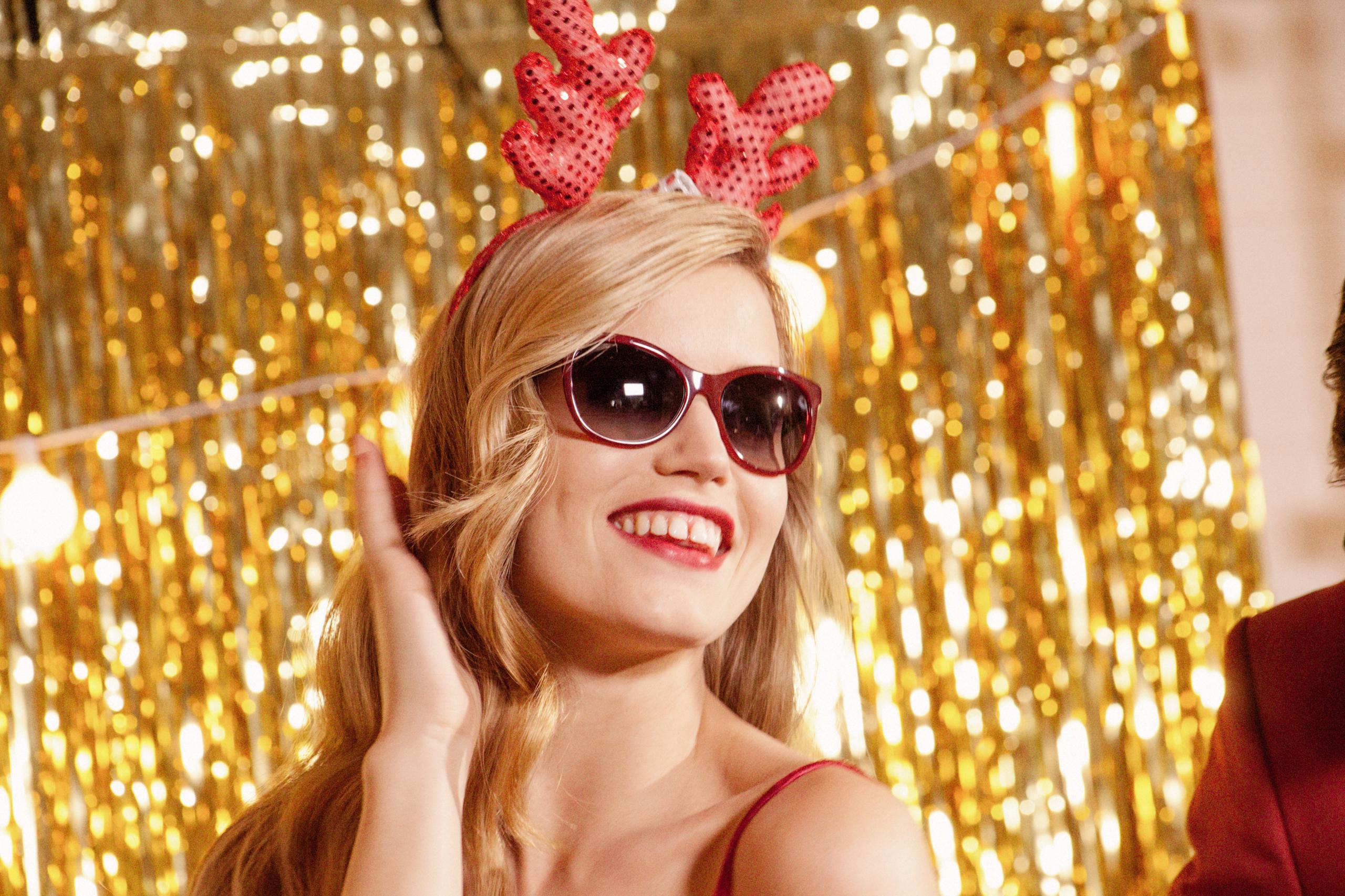 Georgia May Jagger, una Mamá Noel muy sexy en la campaña Sun Glasses Hut