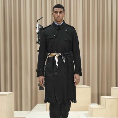 A la cintura, no al cuello: Burberry convierte el fular en cinturón para llevarlo sobre el abrigo (y éstos de Adolfo Domínguez son perfectos para adoptar esta tendencia)