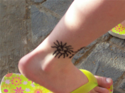 No deberías dejar que les pongan tatuajes de henna negra a tus hijos estas vacaciones