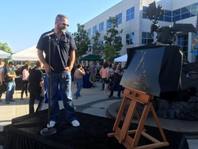 Blizzard rinde homenaje a la carrera de Chris Metzen construyéndole una magnífica estatua
