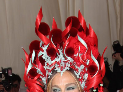 Sarah Jessica Parker o cómo demostrar que ella y sus tocados son los reyes de la Gala del Met