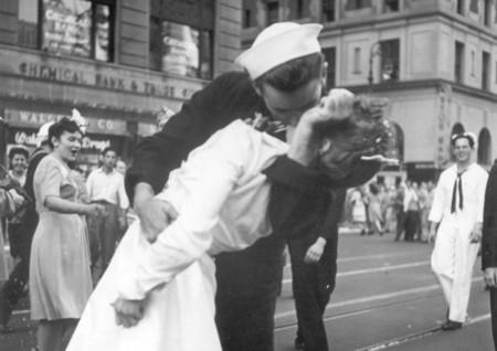 Muere la enfermera del beso de Times Square. ¿Qué había detrás del beso más famoso de la historia?