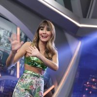 Aitana sorprende con un bikini verde en el plató de El Hormiguero, copiando el look nada menos que a Lady Gaga