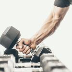 Nueve ejercicios con mancuernas y barra para trabajar tus bíceps en casa o en el gimnasio