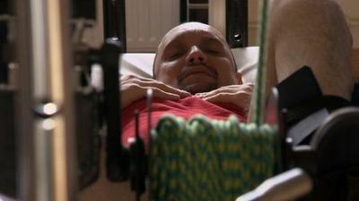 Paralítico vuelve a caminar gracias a un trasplante pionero