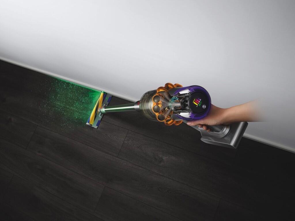 Dyson V15: el nuevo aspirador vertical añade láseres para analizar e iluminar las motas de polvo mientras la pasamos