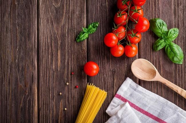 Elementos e ingredientes en una cocina