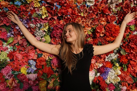 mujer tumbada entre flores