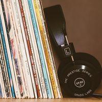 Los discos de vinilo y los CDs superan en ventas a las descargas digitales, aunque la música en streaming está matando a ambos
