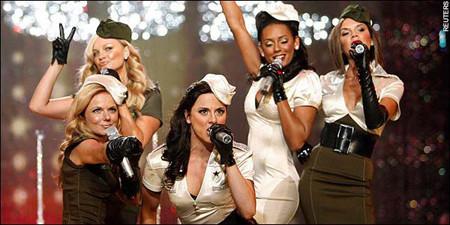 Las Spice Girls eclipsan en el escenario a las modelos en ropa interior