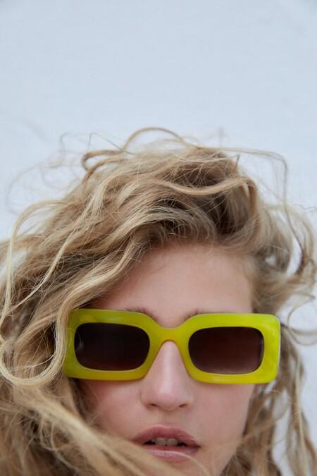 Zara aprovecha la llegada de las vacaciones de verano para presentar su última colección de gafas de pasta (a todo color)