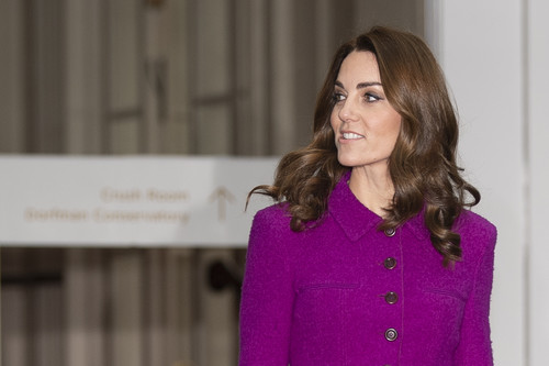 Kate Middleton luce un look cargado de color de Oscar de la Renta