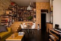 Puertas abiertas: un pequeño loft llamado 'movimiento constante' de Alex Bykov
