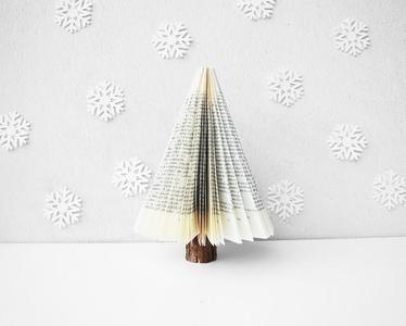 Recicladecoración: un árbol de Navidad hecho con un viejo libro