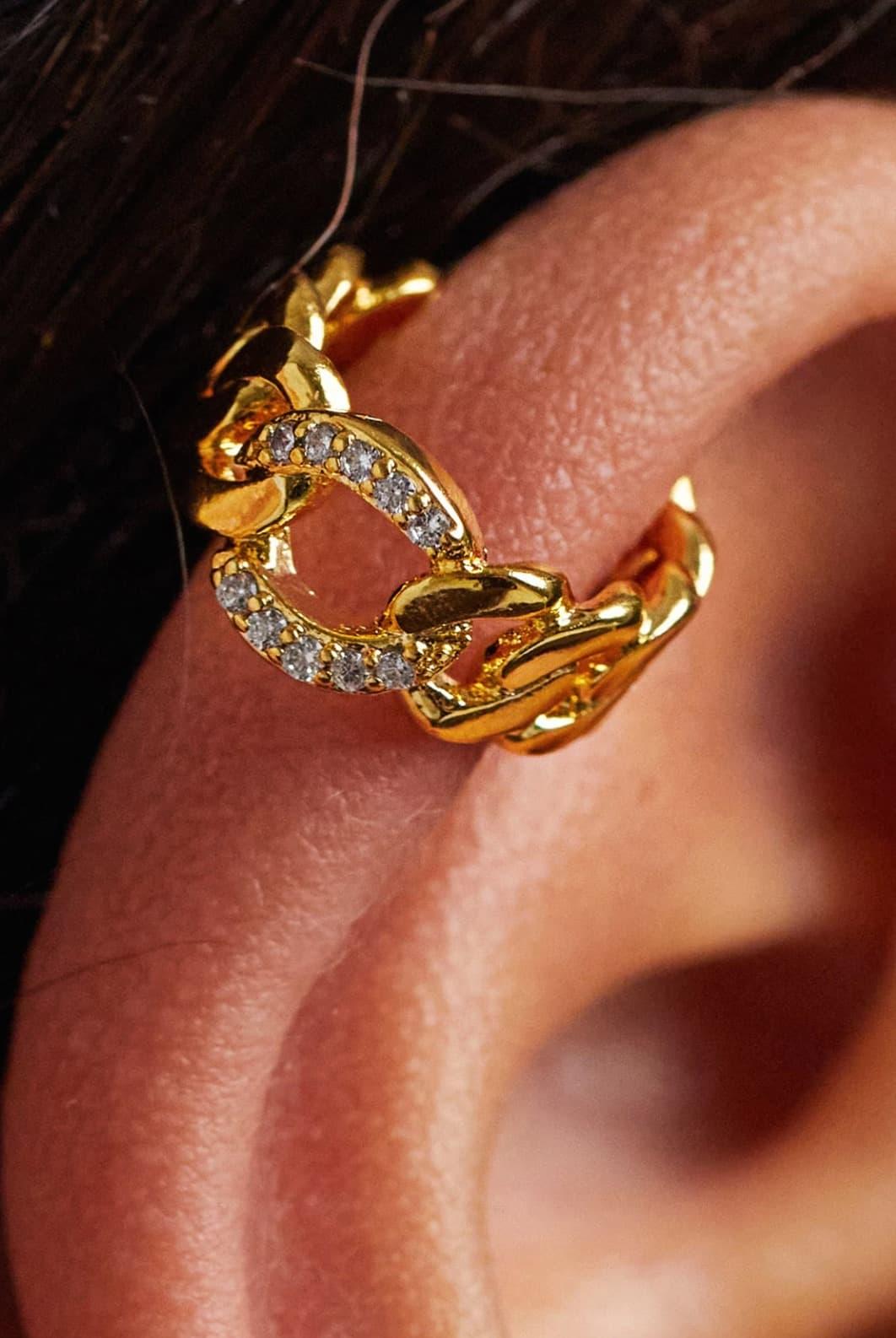 Ear cuff chapado en oro con diseño de cadena gruesa y cristales de Orelia