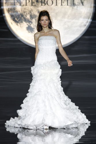 313f2aafd7 Vestidos para novias Pepe Botella 2011 en la Barcelona Bridal Week