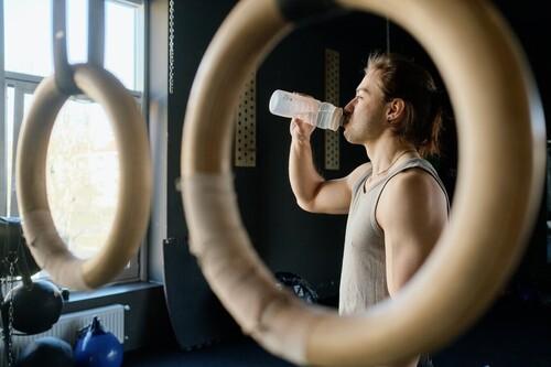 La importancia de beber antes de tener sed (especialmente si entrenas con calor)