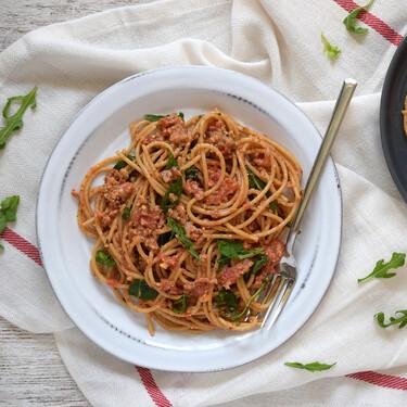 Espaguetis con pesto de almendras, tomate y rúcula: receta vegana que disfrutarán todos en casa