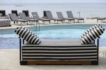 Bardot, un pool club con un irresistible e inspirador estilo de decoración exterior afrancesado