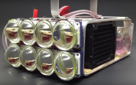 Esta linterna hecha a mano es tan potente que integra un sistema de refrigeración líquida