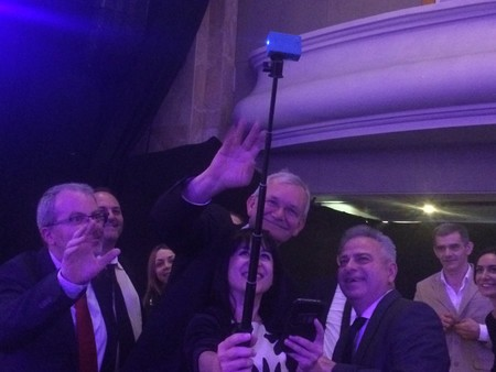 Martin Parr con el ganador de la sección nacional en España Santos Moreno Villar, su mujer y los periodistas (de izquierda a derecha) Ramón Peco (La Vanguardia), Carlos Longarela (Revista DNG) y Victoria Pérez (Hipertextual) en la Gala de entrega de premios de los Sony World Awards Photography 2017