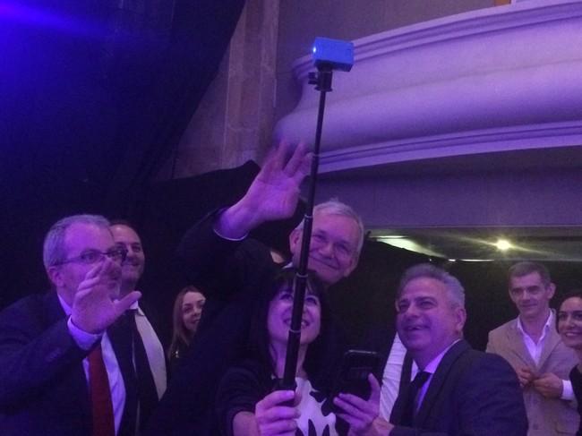 Martin Parr con unos periodistas en la Gala de entrega de premios de los Sony World Awards Photography 2017