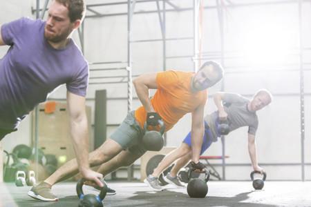 Trabaja tus oblicuos con kettlebells con estos cinco intensos ejercicios