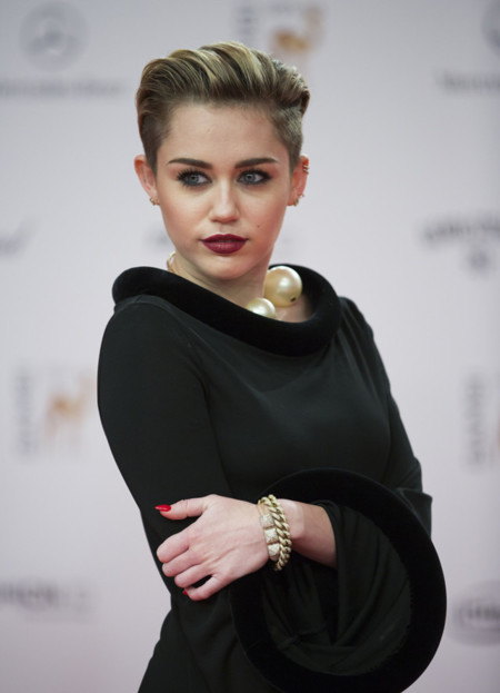 Miley Cyrus acude a los premios Bambi 2013... ¡tapada!