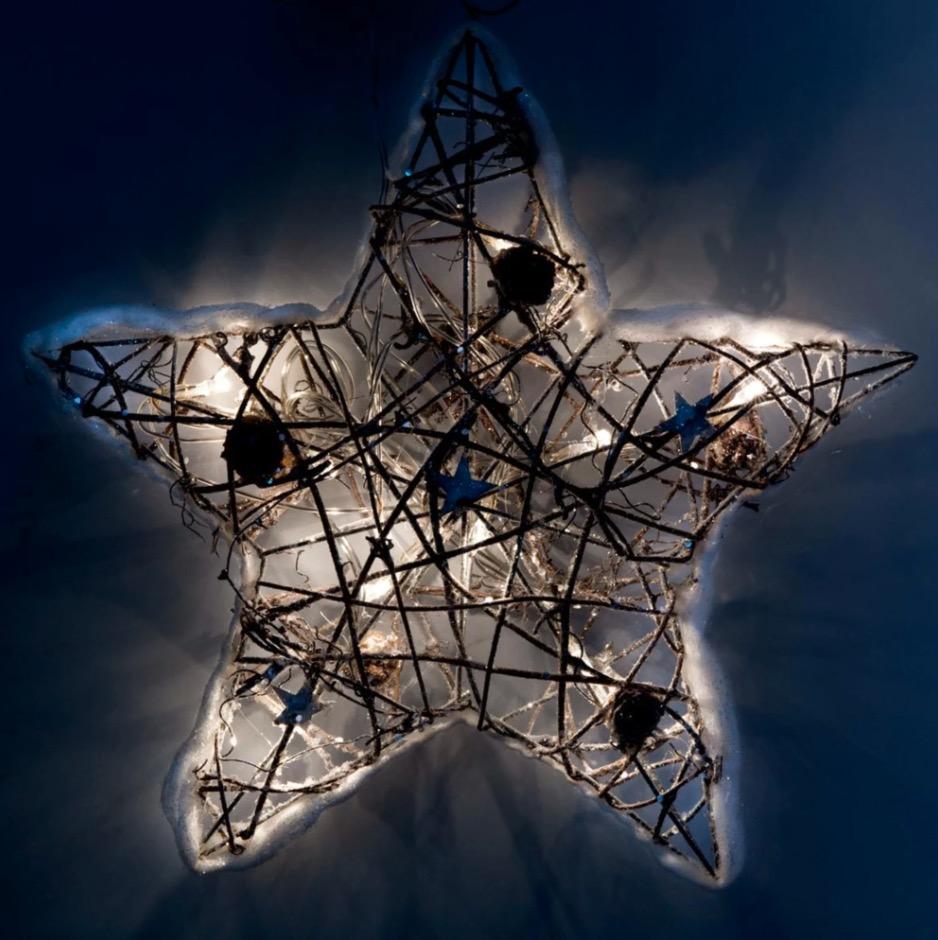 Estrella de Navidad luminosa de mimbre con efecto nieve Alt.30
