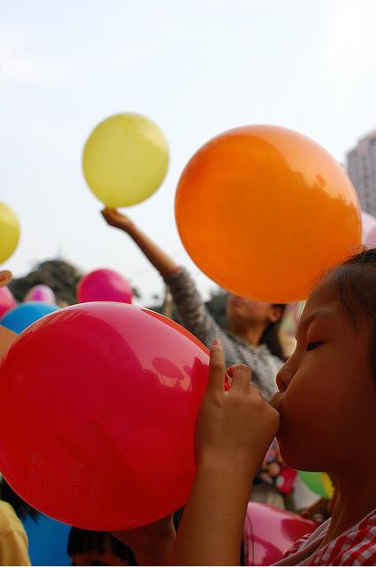 ¿Sabías que los globos también pueden provocar accidentes por aspiración?