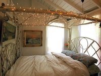 Una buena idea: utilizar una guirnalda de luces en el dosel de la cama