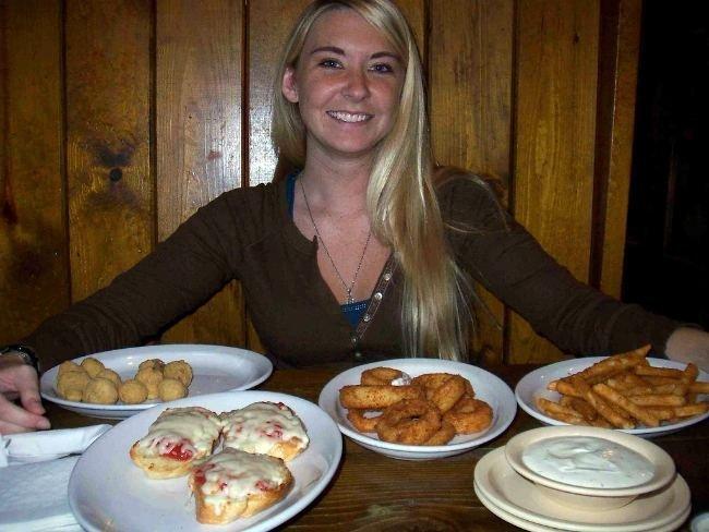 Chica con mucha comida