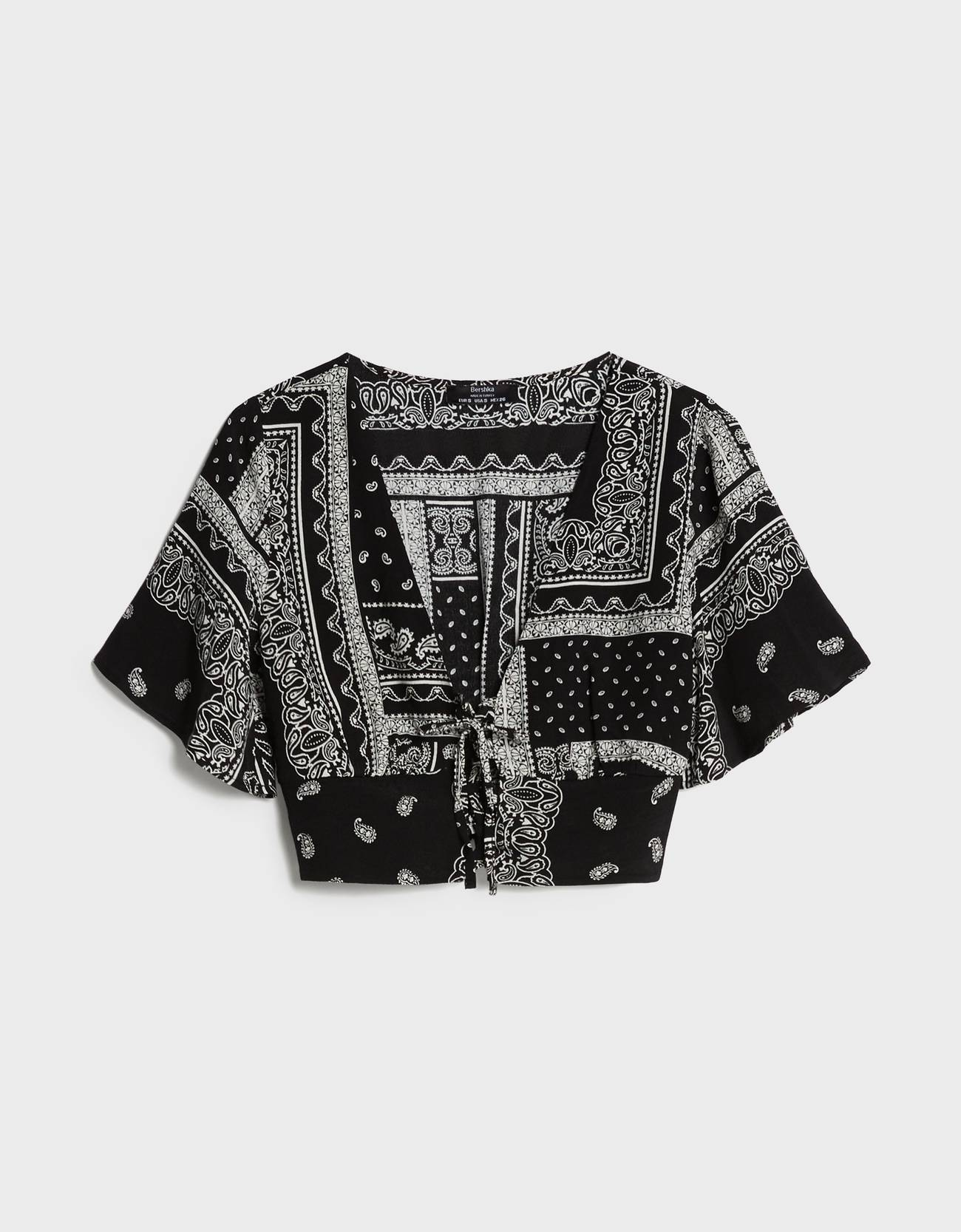 Blusa tipo cropped de color negro.