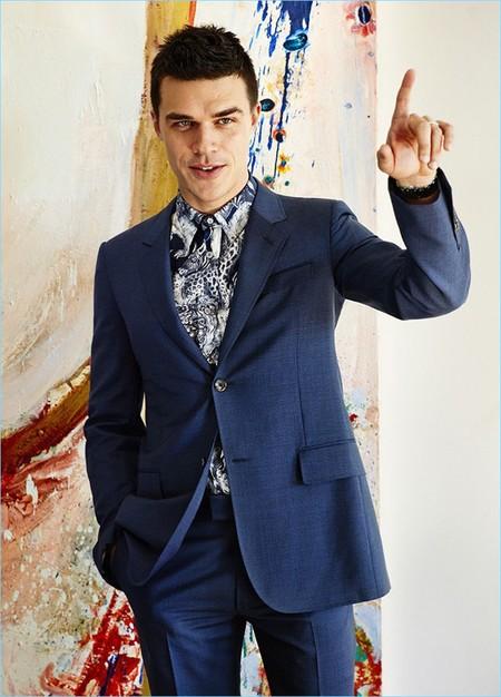 Finn Wittrock y Esquire Magazine confirman que las camisas estampadas serán el must de primavera
