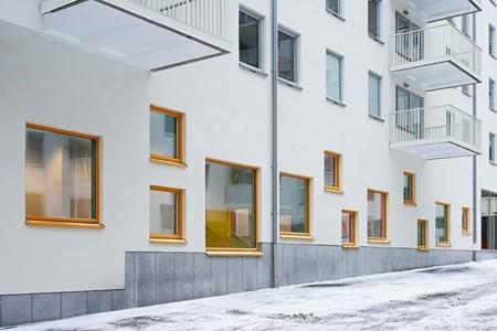 Colores alegres y formas originales y divertidas en un jardín de infancia en Estocolmo