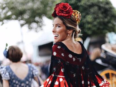 Las influencer también se pasean por la Feria de Abril de Sevilla vestidas de flamenca