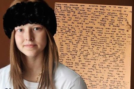 Un mensaje detrás del espejo: tras la muerte de Athena su familia se queda con las palabras que escribió