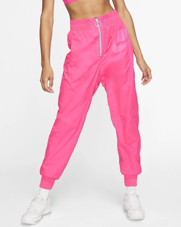 El pantalón de tejido Woven Nike Sportswear NSW ofrece una versión urbana de la ropa deportiva con un diseño muy holgado, detalles extragrandes y combinaciones de colores llamativas.
