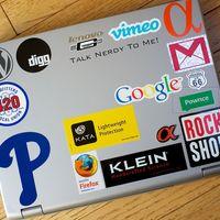 Tener ciertas pegatinas en tu portátil puede no ser buena idea cuando viajas