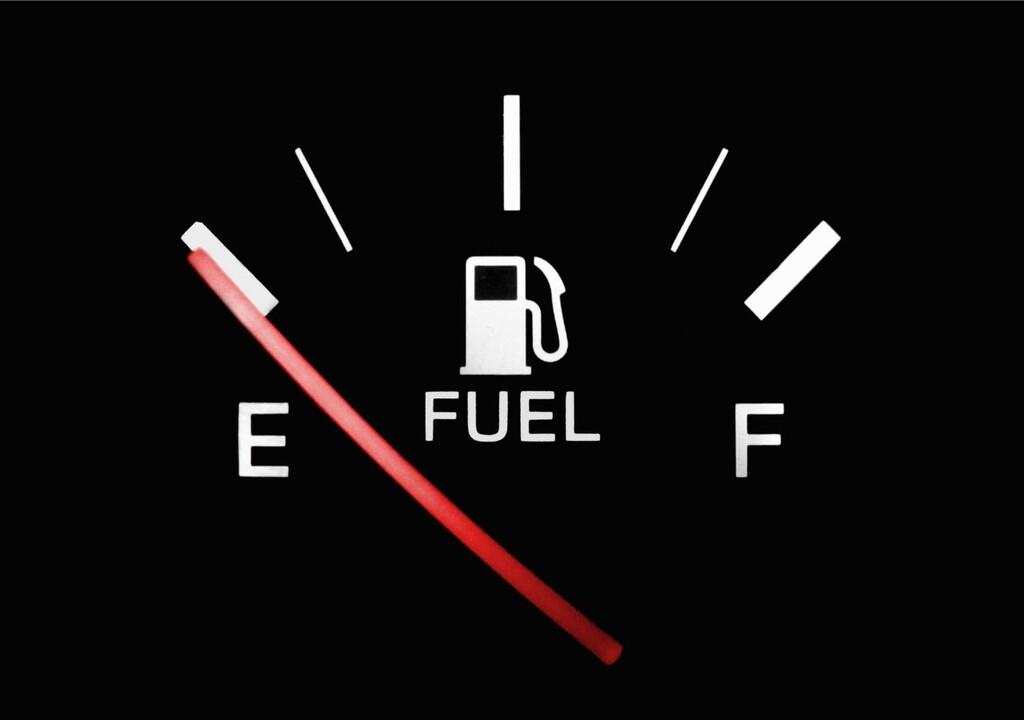 Manejar solo con la reserva de combustible no es recomendable y aquí te explicamos porqué