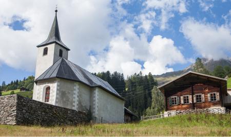 Una casa con mucha madera en los Alpes suizos