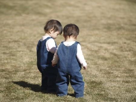 Cómo sacar a pasear a tus gemelos y que no te falten manos