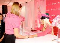 Nicki Minaj intenta refinarse en el anuncio de su fragancia del horror