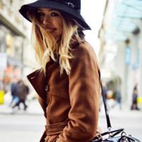 Días de frío y rosas, días de esconderse tras el sombrero (o no, a la nueva moda)