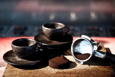 Toma café en una taza hecha con granos de café