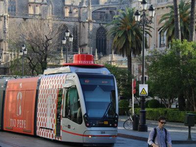 Con motivo de la Feria de Abril, Tío Pepe le presta su sombrero al tranvía de Sevilla