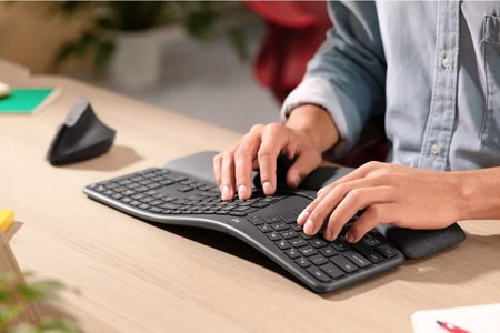 """El nuevo teclado de Logitech tiene una gran curva que """"cuida las muñecas y permite escribir más cómodamente"""""""