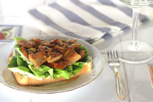 Bruschetta de papada de ibérico en dos cocciones con mayonesa de aguacate y cebolla caramelizada, el pincho perfecto