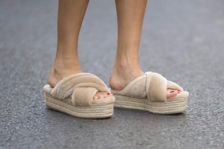 La tendencia de la contradicción: sandalias que se presentan con mucho pelo
