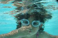 Niños que han aprendido a nadar solos este verano